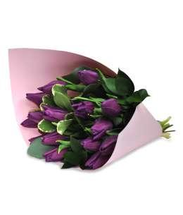 Buchet din lalele violet în hîrtie roz