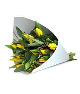 Букет из желтых тюльпанов в белой бумаге