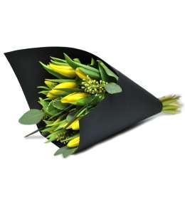 Букет из желтых тюльпанов в черной бумаге