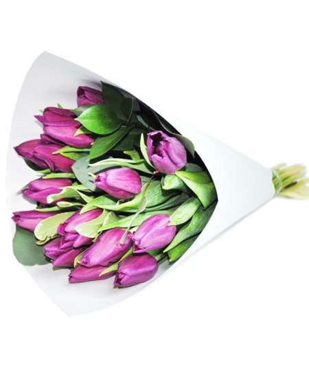 Букет из фиолетовых тюльпанов в белой бумаге