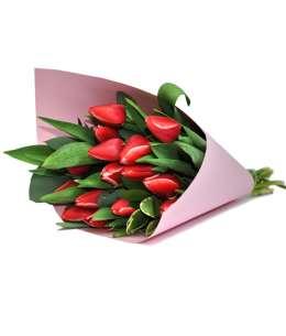 Buchet din lalele roșii în hîrtie roz