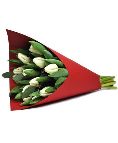 Букет из белых тюльпанов в красной бумаге
