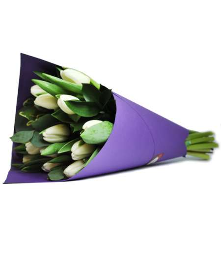 Букет из белых тюльпанов в фиолетовом бумаге