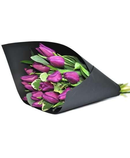 Buchet din lalele violet în hîrtie neagră