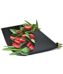 Букет из красных тюльпанов в черной бумаге