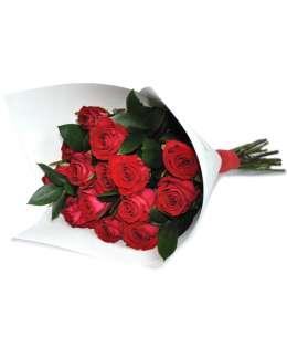 Buchet din trandafiri roșii în hîrtie albă