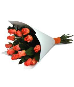Buchet din trandafiri roz-orange în hîrtie albă