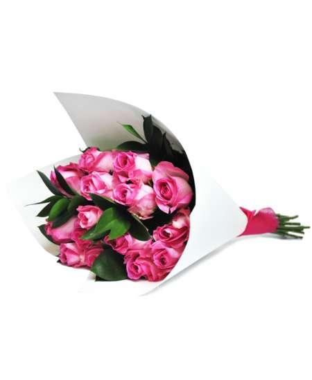 Букет из розовых роз в белой бумаге