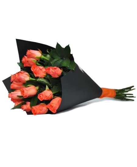 Buchet din trandafiri piersic în hîrtie neagră