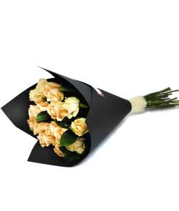Букет из персиковых роз в черной крафт-бумаге