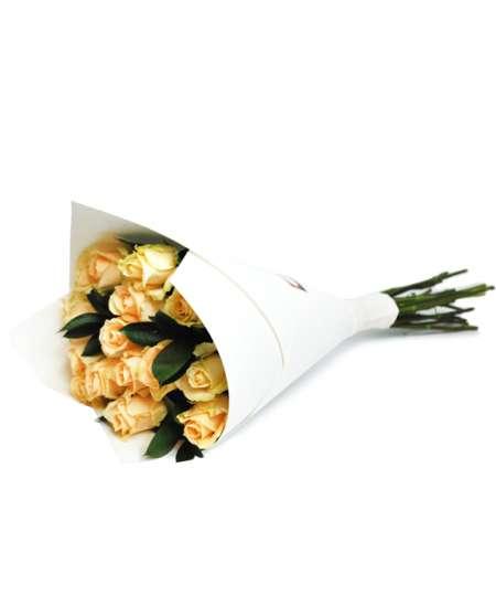 Buchet din trandafiri bej în hîrtie albă