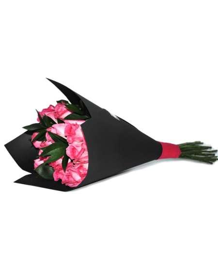 Букет из розовых роз в черной бумаге