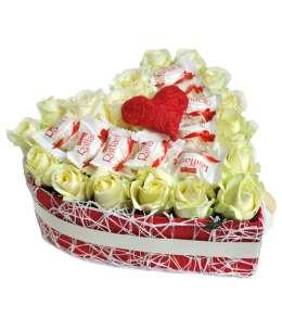 Сердце из 21 белых роз и Raffaello