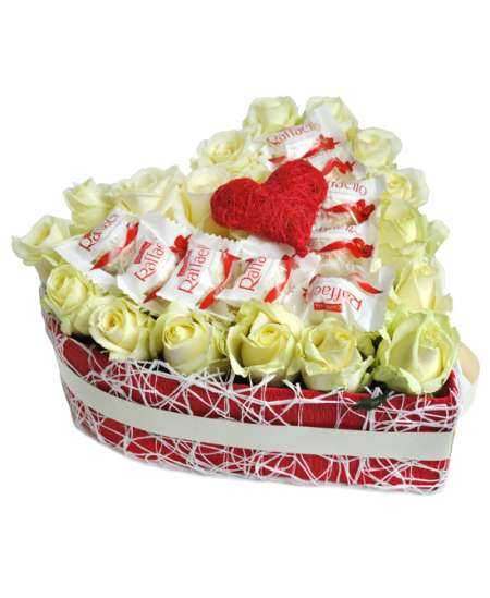 Inimă din 21 trandafiri albi și Raffaello