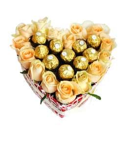 Inimă din 15 trandafiri piersic și Ferrero