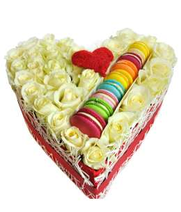 Heart of 31 white roses and Macarons