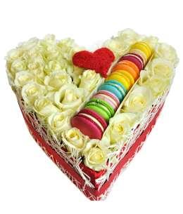 Inimă din 31 trandafiri albi și Macaons