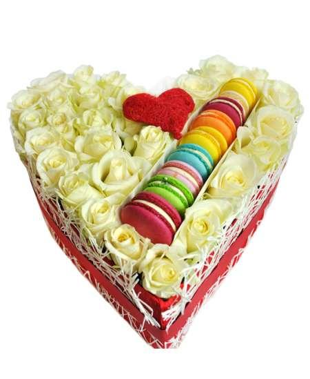 Сердце из 31 белых роз и Macarons