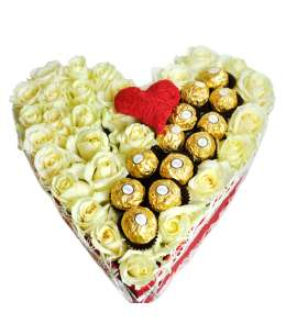 Inimă din 31 trandafiri albi și Ferrero