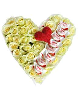 Inimă din 31 trandafiri albi și Raffaello