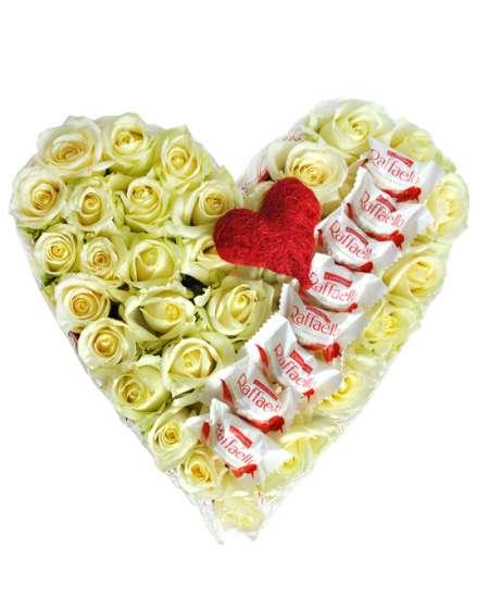 Сердце из 31 белых роз и Raffaello