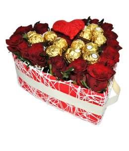 Inimă din 21 trandafiri roșii și Ferrero