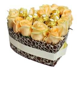 Сердце из 15 персиковых роз и Ferrero Rocher
