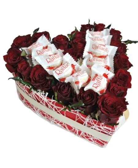 Inimă din 21 trandafiri roșii și Raffaello