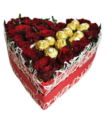 Inimă din 31 trandafiri roșii și Ferrero