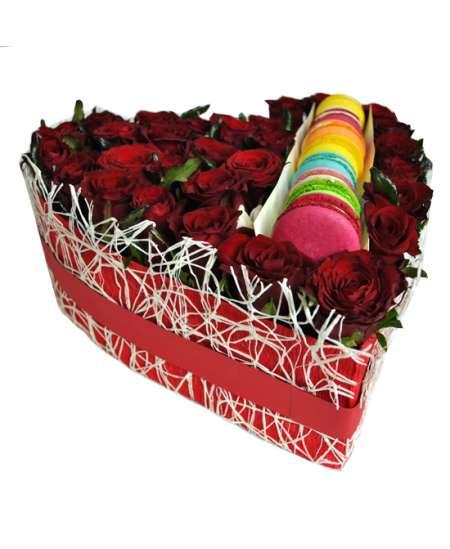 Inimă din 31 trandafiri roșii și Macaons