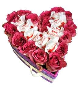 Inimă din 21 trandafiri roz și Raffaello