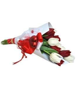 Buchet din lalele roșii și albe în hîrtie craft albă