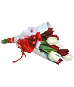 Букет из красных и белых тюльпанов в белую крафт-бумаге