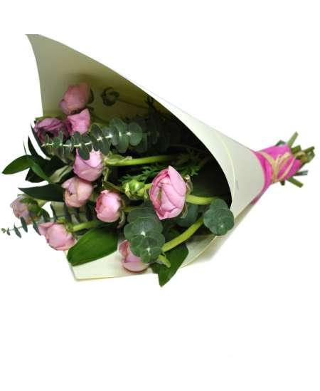 Buchet din 11 ranunculus roz în hîrtie craft albă