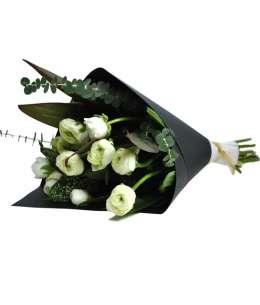 Buchet din 11 ranunculus albe în hîrtie craft neagră