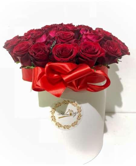Cutie alba din 35 trandafiri rosii
