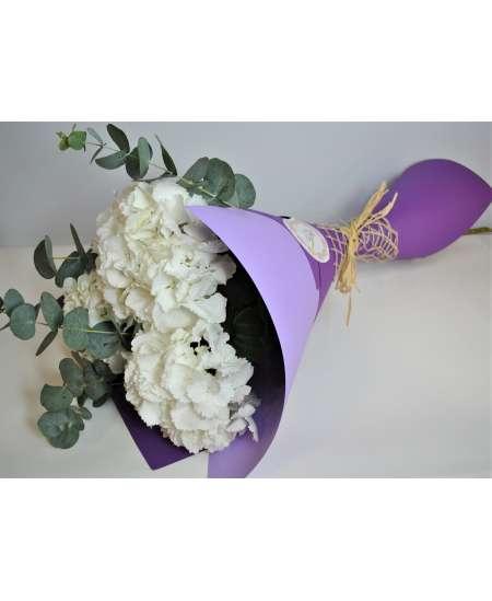 Buchet din 3 hortenzii albe in carton mov