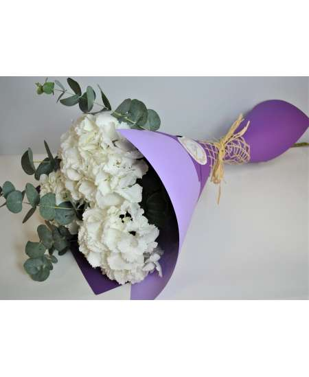 Букет из 3 белых гортензий в пурпурном картоне