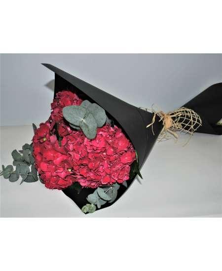 Buchet din 3 hortenzii roz in carton negru