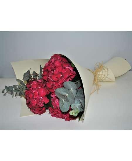 Buchet din 3 hortenzii roz in carton crem