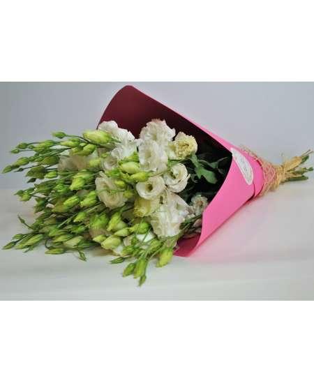 Букет из 11 белых эустомов в розовой крафт-бумаге