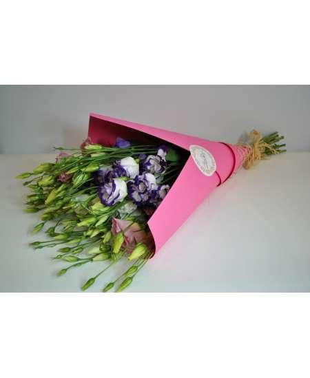Букет из 11 эустом смешанных в розовой крафт-бумаге