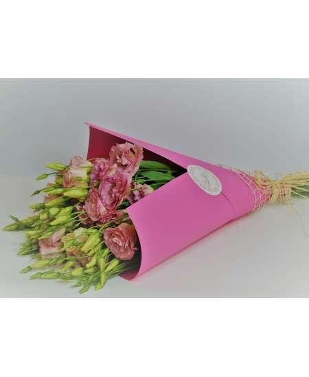 Букет из 11 эустом розовых в крафтовой малиновой бумаге