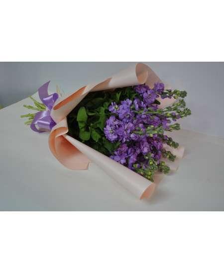 Букет из 11 фиолетовых Матиола в розовой бумаге