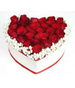Inimă din 27 trandafiri cu gypsofilă