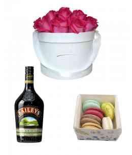 Set din Cutie 17 trandafiri roz + Baileys + Macarons (6 buc)