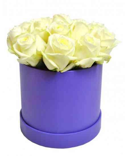 Фиолетовая коробка из белых роз