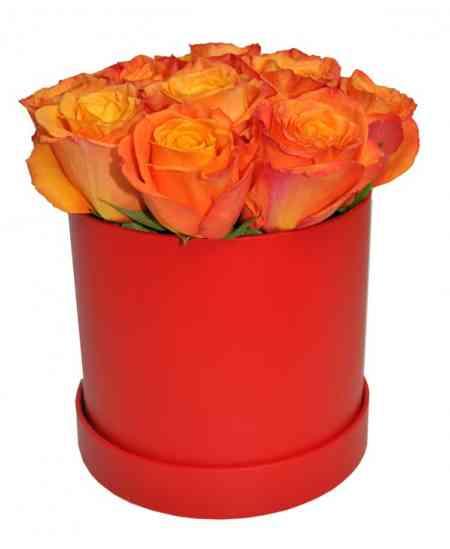 Красная коробка из оранжевых роз