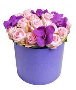 Фиолетовая коробка из роз и орхидей