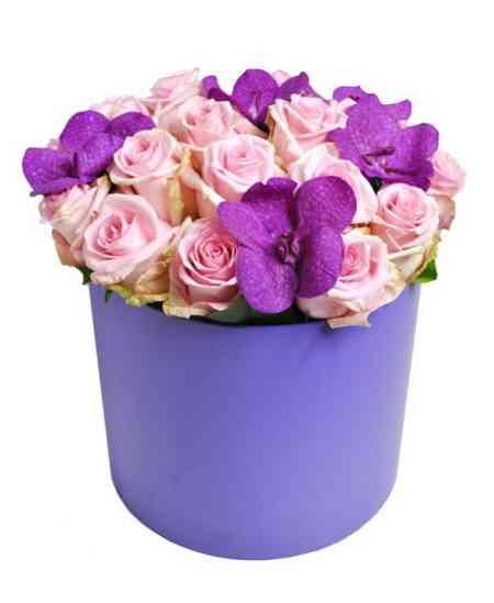 Cutie violet din trandafiri și orhidee